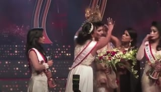 Mrs Sri Lanka, in diretta le strappano la corona dalla testa perché è una donna divorziata