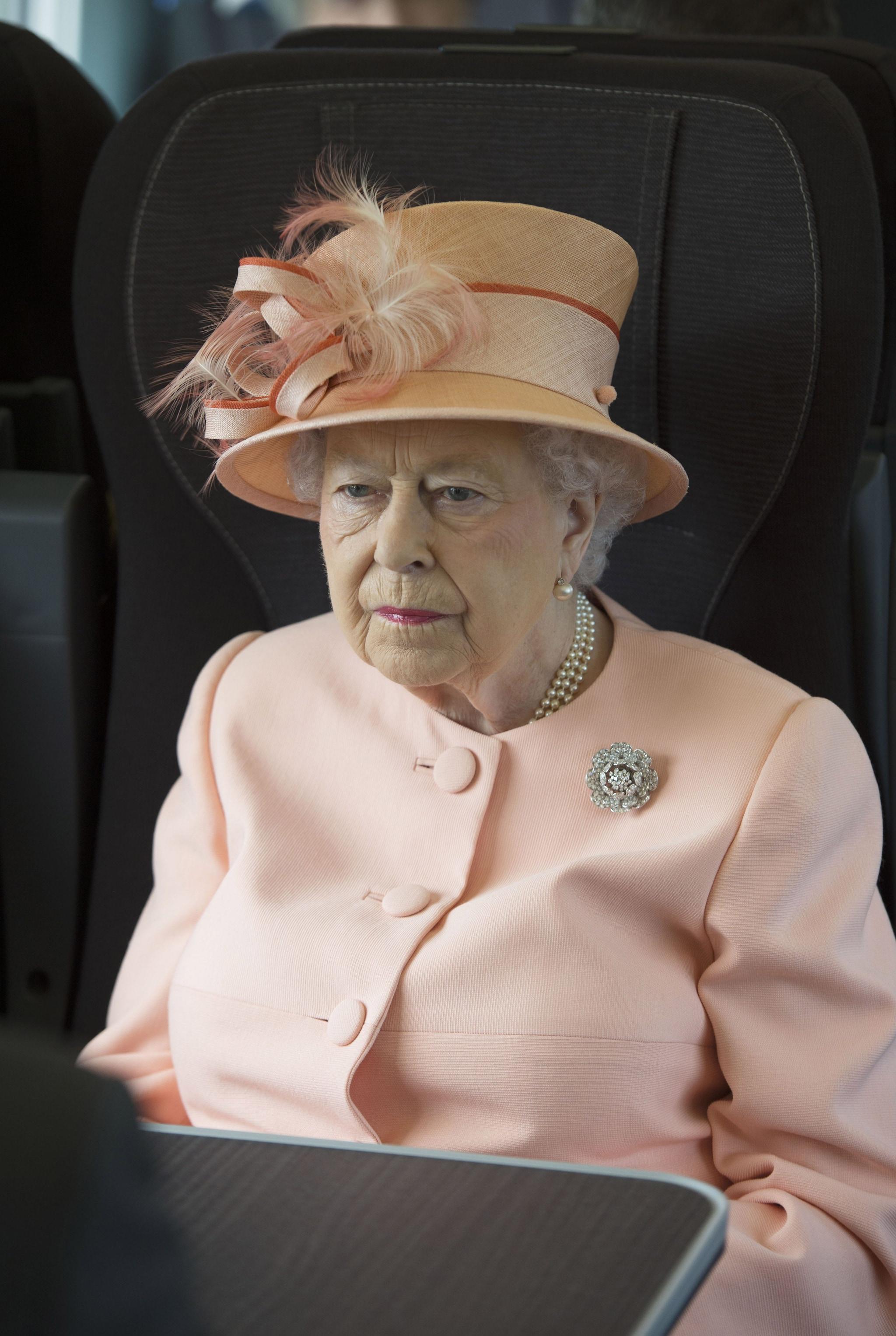 Elisabetta nel 2017 con la stessa spilla