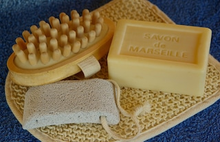 Tutti gli usi del sapone di Marsiglia: dalla cura di corpo e viso alle pulizie in casa