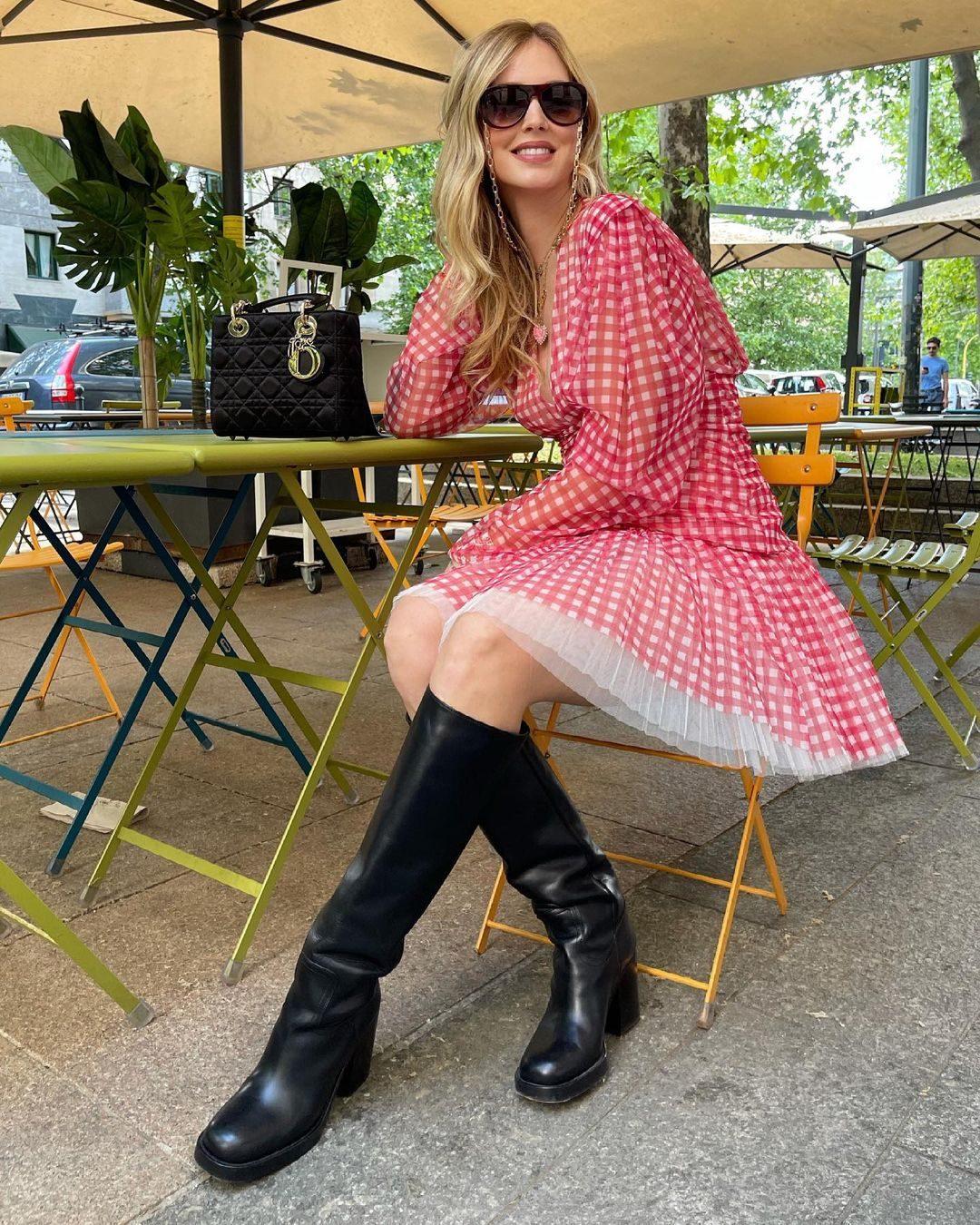 Chiara Ferragni con i maxi stivali Dior