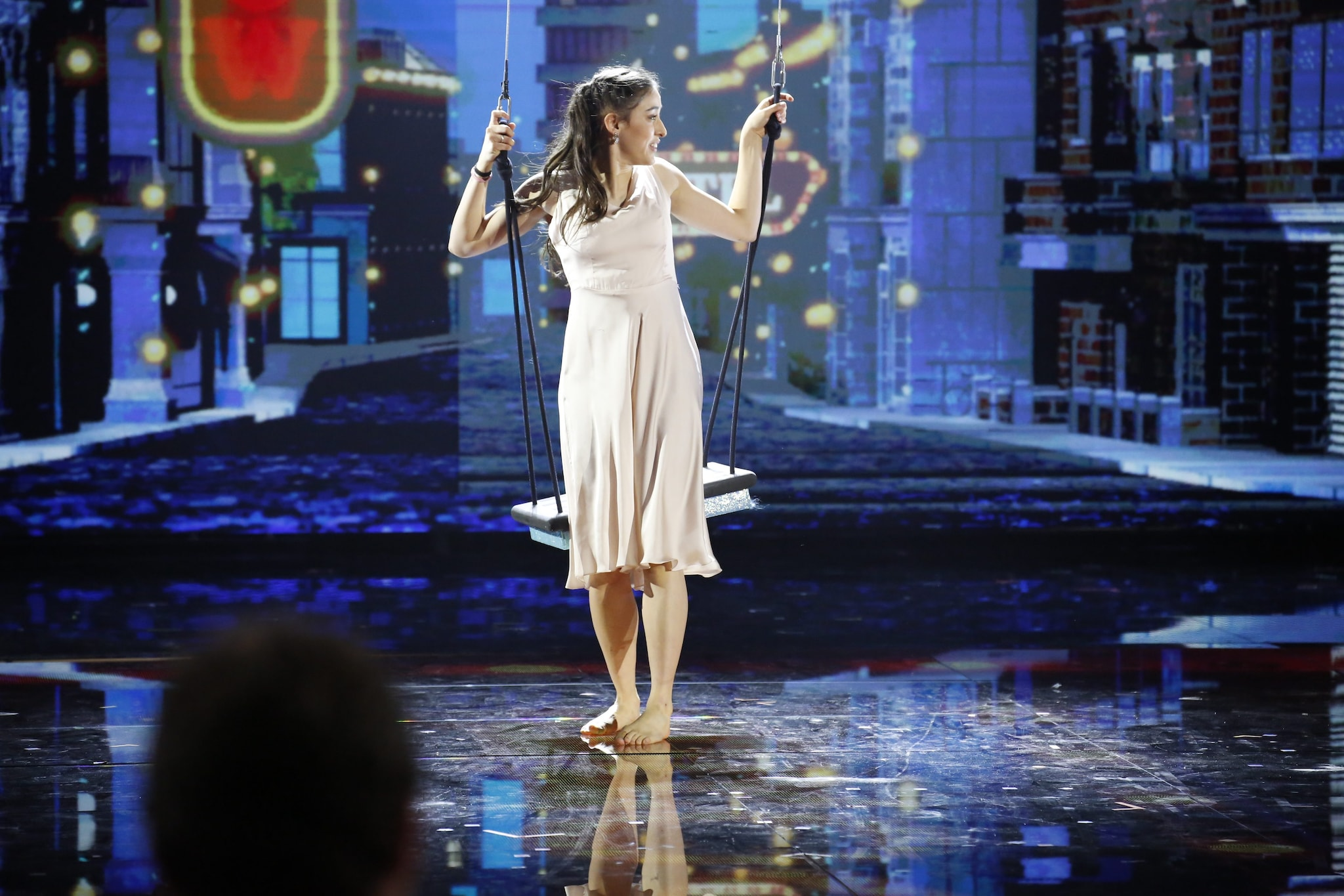 Giulia in bianco sul palco di Amici