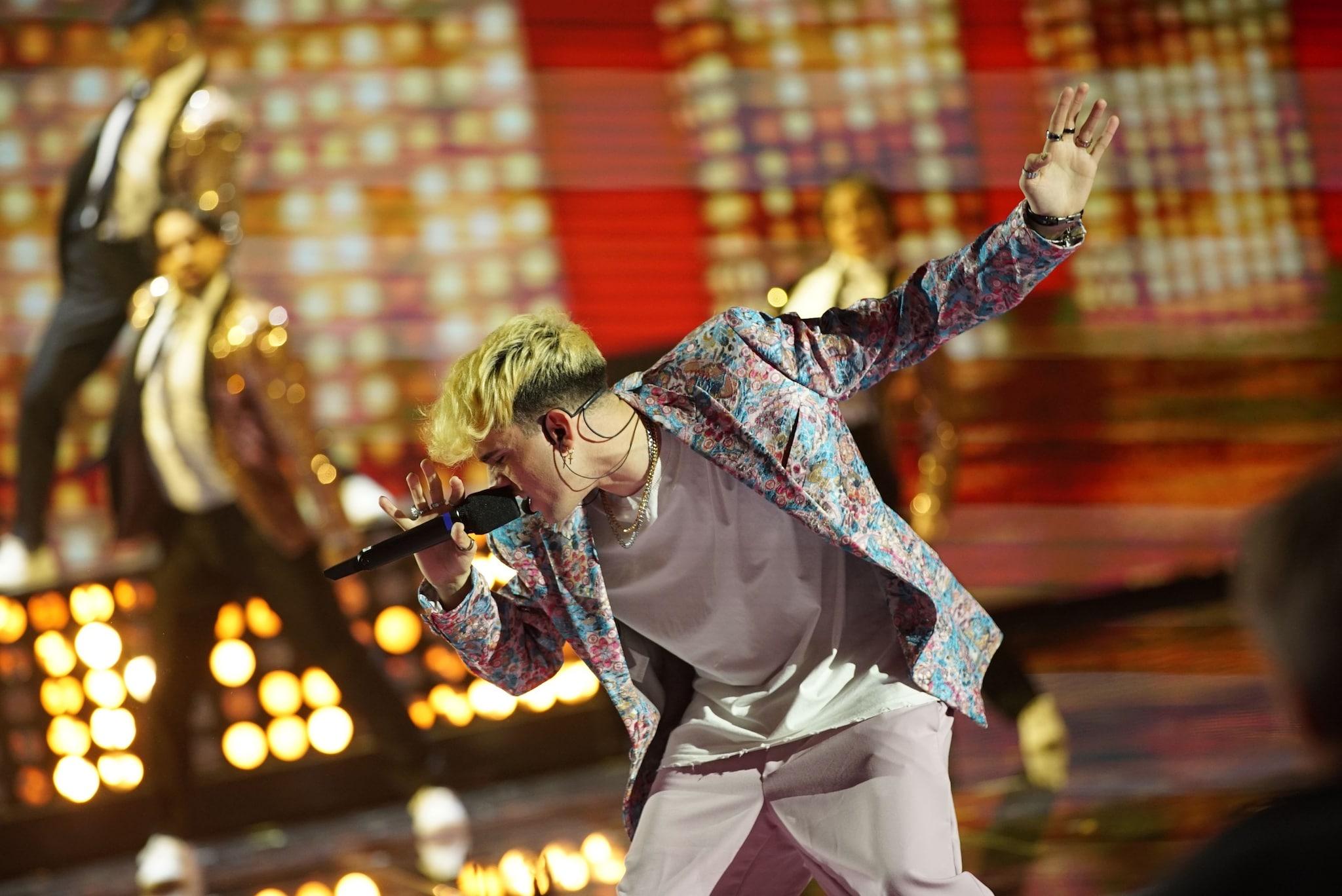 Aka7even con la giacca multicolor
