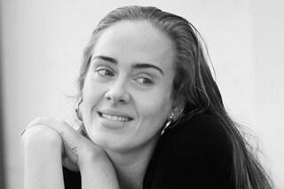 Adele compie 33 anni e cambia look: niente trucco e abito tie-dye da oltre 2mila euro