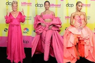 Tutte in rosa ai Billboard Music Awards 2021: sul red carpet spopolano i look total pink