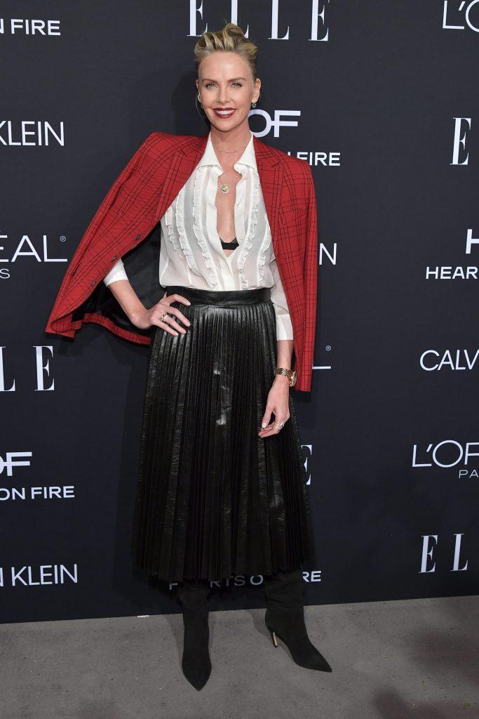 Charlize Theron con una camicia sbottonata