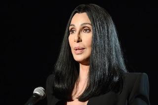 """Cher compie 75 anni: le mille trasformazioni della diva che ha """"inventato"""" il red carpet"""