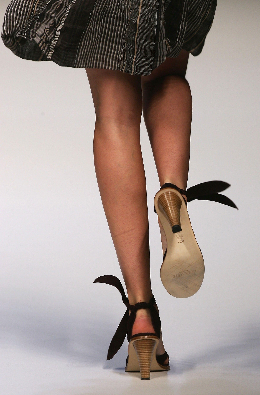 Una modella sfila con le scarpe allacciate alla caviglia