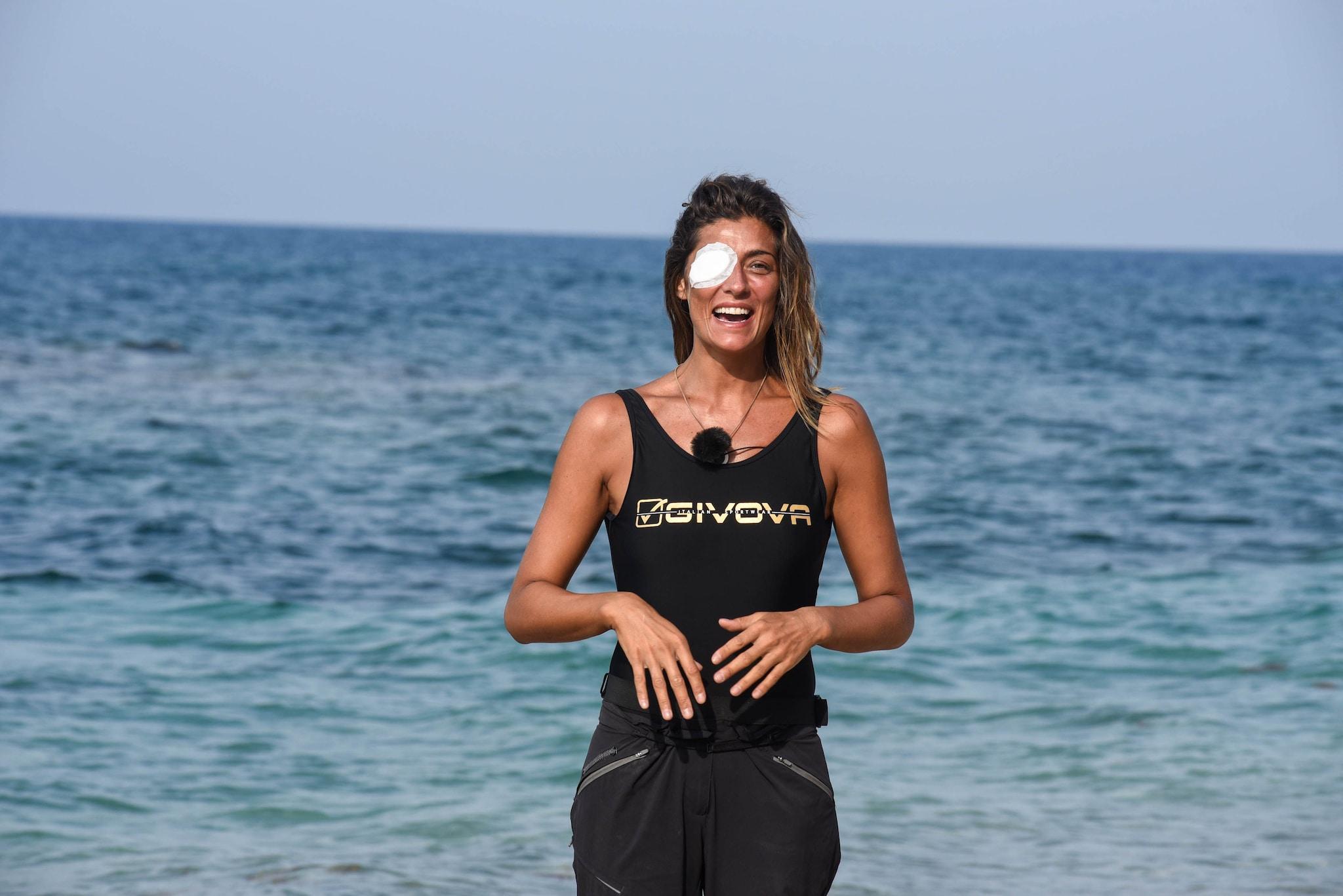 Elisa Isoardi prima di abbandonare il reality con l'occhio bendato