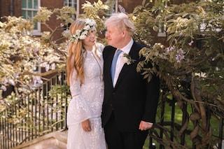 Carrie Symonds sposa hippie: al matrimonio con Boris Johnson è a piedi nudi e con i fiori tra i capelli