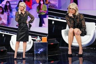 Semifinale di Amici, Maria De Filippi con la camicia trasparente a pois: il look da oltre 3mila euro