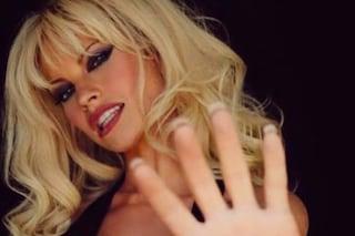 Lily James vestita di pelle come Pamela Anderson: l'attrice è irriconoscibile