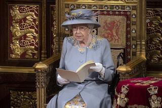 La prima apparizione pubblica della regina Elisabetta dopo il lutto: perché era senza mantello e corona