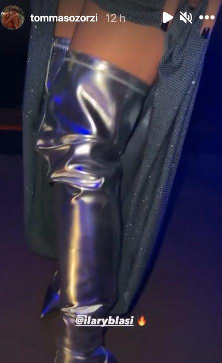 Gli stivali di Ilary Blasi nelle Stories di Tommaso Zorzi