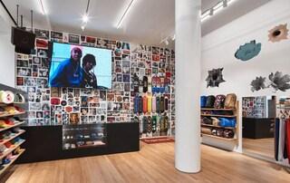 Apre il primo negozio Supreme in Italia: opere d'arte, murales e tavole da skate