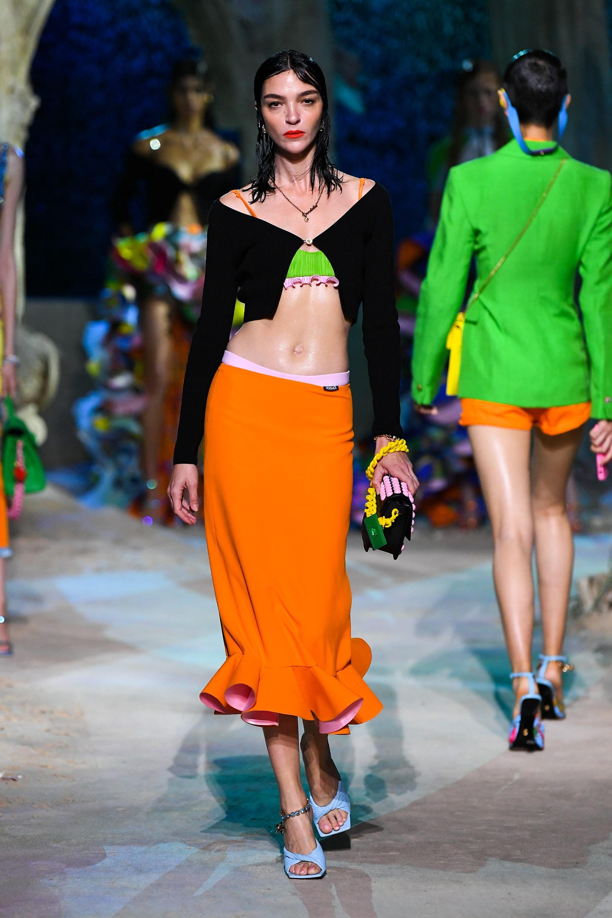 un crop top dalla sfilata Primavera/Estate 2021 di Versace