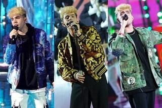 Aka7even ad Amici 2021 con bomber e giacche griffate: chi veste il cantante sul palco