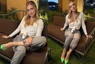 Chiara Ferragni, weekend di festa per il compleanno: il primo look è casual ma con i tacchi fluo