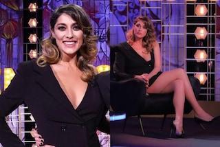 Elisa Isoardi incanta a Venus Club: rilancia il trend dell'abito giacca ma in versione monospalla
