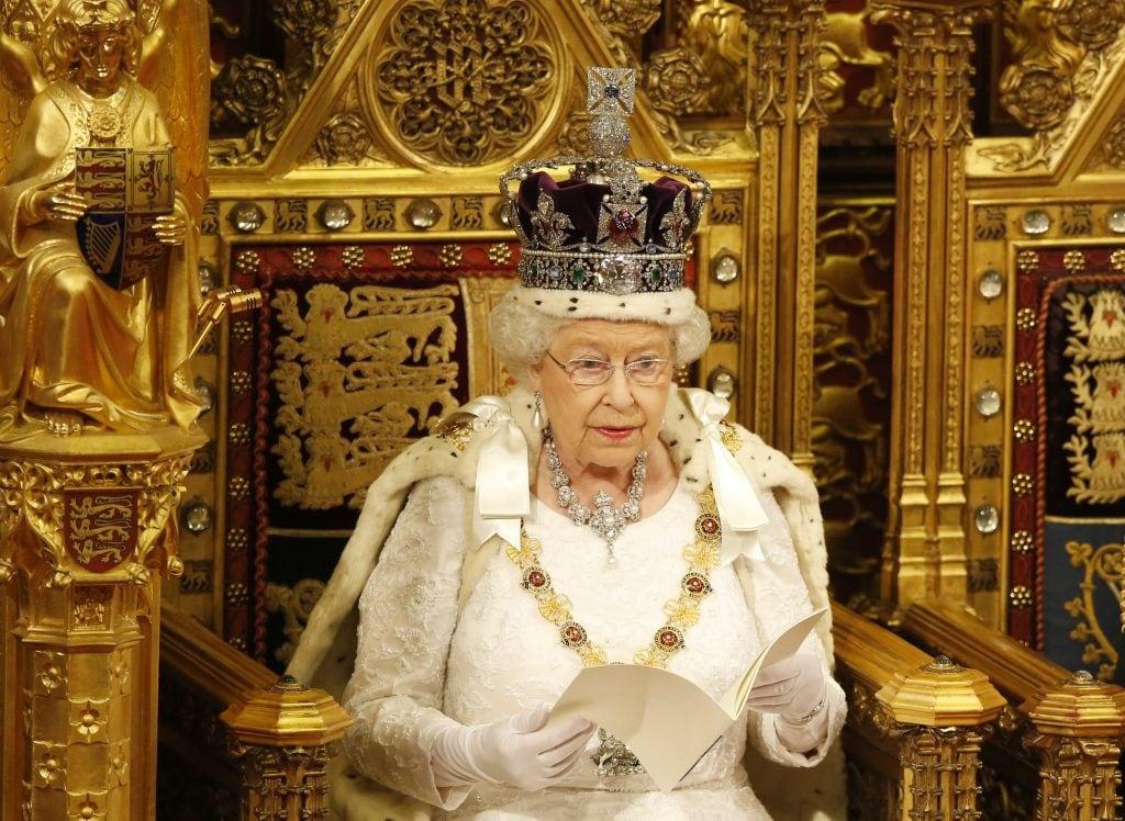 la regina Elisabetta con la corona