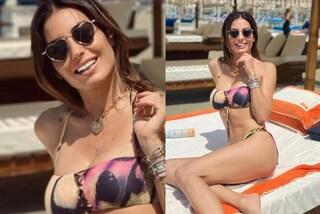 Elisabetta Gregoraci è pronta per l'estate: il primo look da spiaggia con gli occhiali da sole a cuore