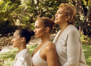 Jennifer Lopez posa con mamma e figlia: le bellezza di tre generazioni a confronto
