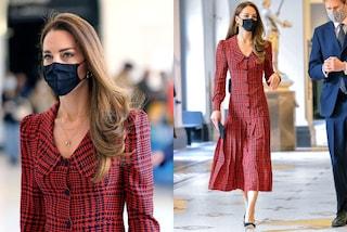 Kate Middleton spopola con l'abito da 2mila euro (ma dimentica l'anniversario di Harry e Meghan)
