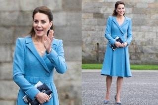 Kate Middleton incanta in celeste: abbina l'abito cappotto ai gioielli preziosi e scintillanti
