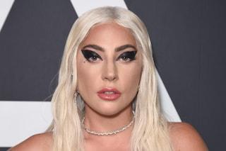 Lady Gaga lascia Roma con la tuta e la borsa griffata: i guanti rosa scatenano l'ironia del web