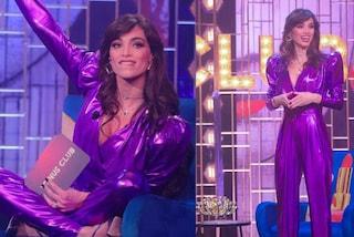 Lorella Boccia debutta a Venus Club: la prima volta da presentatrice è con la tuta viola metallizzata