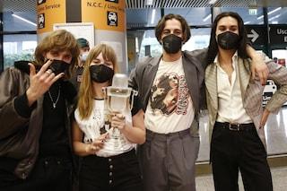 I Maneskin dopo la vittoria all'Eurovision: cosa c'è sulle t-shirt indossate per il rientro in Italia