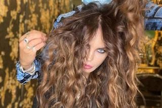 Nina Moric cambia look per l'estate: ora ha i capelli lunghissimi e ondulati