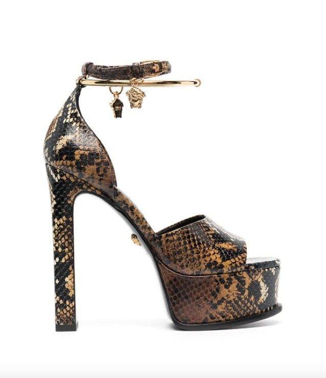 I sandali pitonati di Versace