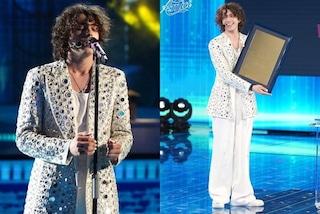 """Sangiovanni """"imita"""" Madame: per la finale di Amici 2021 indossa la giacca a specchio"""