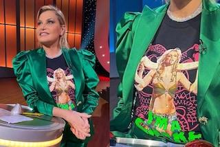 Simona Ventura con la t-shirt di Britney Spears: il nuovo look è nostalgico e glamour