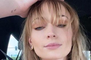 Sophie Turner segue il trend della frangia a tendina: il nuovo hair look è perfetto per l'estate
