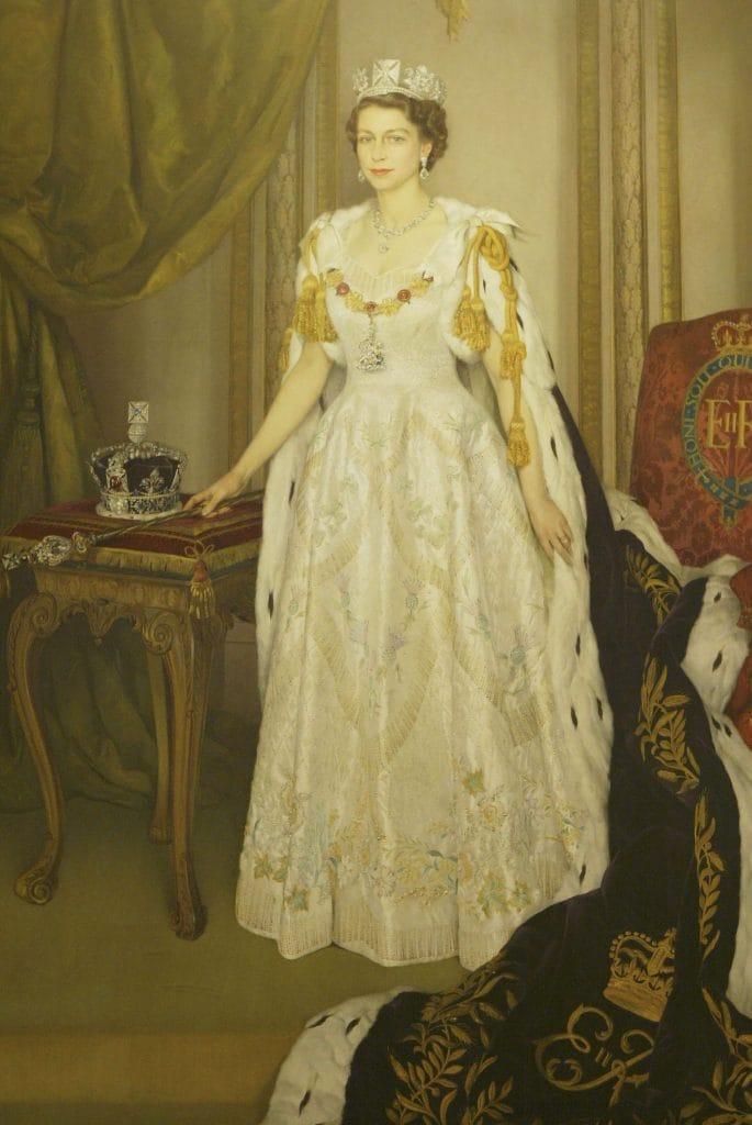 Un ritratto di Elisabetta con l'abito dell'incoronazione