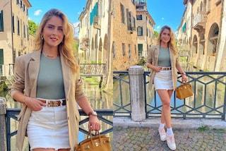 Valentina Ferragni, il blazer in primavera si abbina a minigonna e sneakers con i calzini a vista