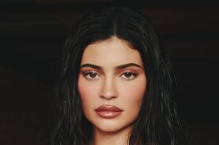 Kylie Jenner ammette il ritocco alle labbra, lo ha fatto dopo che un ragazzo l'ha definita imbaciabile