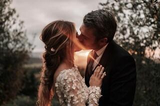 Cristina Marino sposa Luca Argentero: matrimonio in sidecar con il romantico abito di pizzo bianco