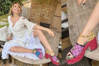 Barbara D'Urso con le zeppe di colori diversi: le scarpe costano quasi mille euro
