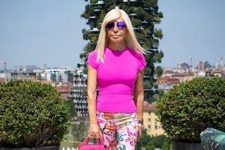 """Anche Donatella Versace è una fan del film Mean Girls: """"Di che colore ci si veste il mercoledì?"""""""