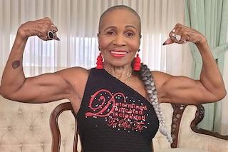 Una bodybuilder da record: la nonna con gli addominali ha 84 anni e si allena ogni giorno