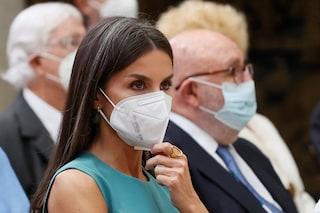 Letizia di Spagna, regina con i capelli grigi: è ora di dire basta alla schiavitù della tinta