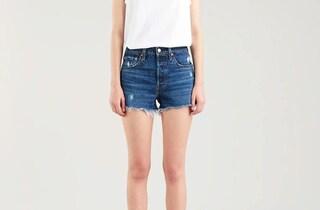 Come realizzare gli shorts di jeans sfrangiati con i vecchi pantaloni