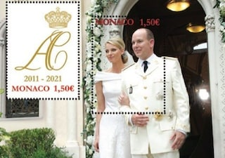 I 10 anni di matrimonio di Charlene e Alberto di Monaco: la foto delle nozze diventa un francobollo