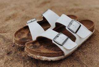Come eliminare l'impronta del piede nei sandali di cuoio: i rimedi contro le macchie di sudore