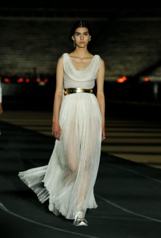 Un abito della sfilata Dior Cruise 2022 ad Atene