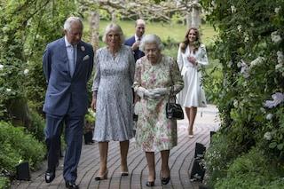 La regina a fiori, Kate in bianco: è sfida di stile per il ritorno in pubblico della royal family