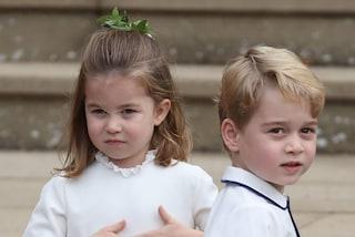 George e Charlotte in bermuda e sneakers: i principini in coordinato debuttano come assistenti del papà