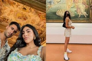 Giulia Salemi a Firenze con Pierpaolo: visita gli Uffizi in sneakers e borsa griffata